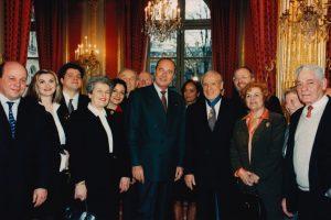 Jean Kahn et ses siens entourant le Président Jacques Chirac lors de la remise des insignes de commandeur dans l'Ordre national du Mérite à l'Elysée en 1997